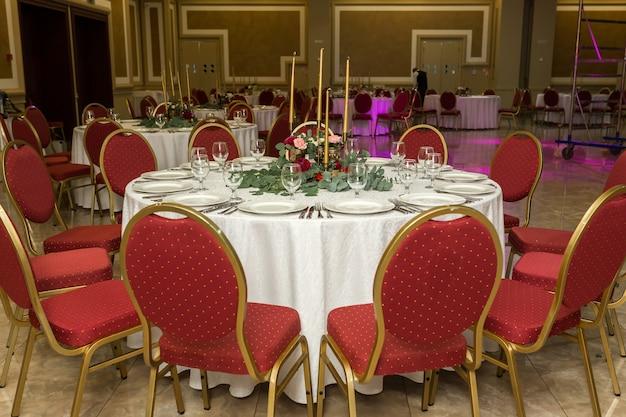 レストランでお祝いの装飾が施されたラウンドバンケットテーブル