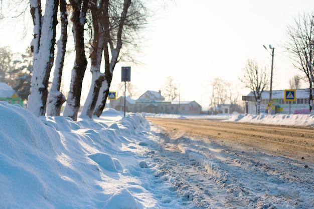 雪の田舎の道