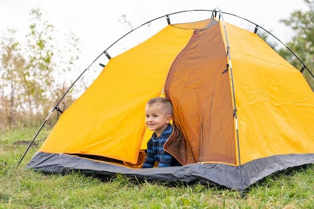 テントの中で小さな男の子