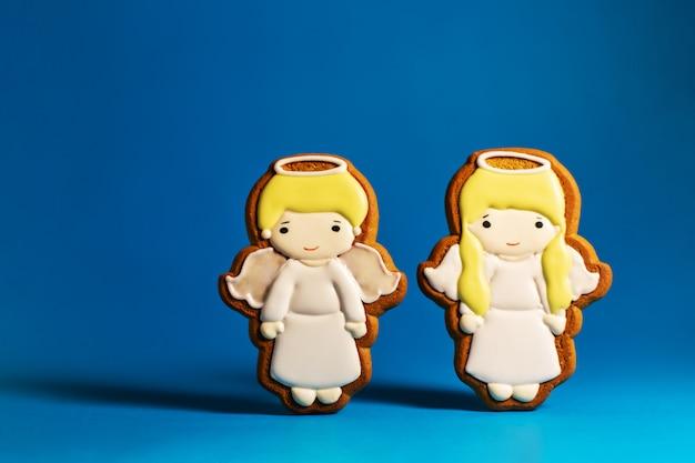 Пышное печенье милых маленьких ангелов на синем фоне