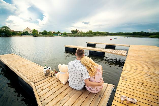 若い男と木製の桟橋の女の子