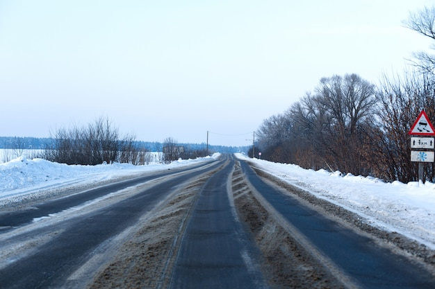 雪が散らばって田舎の道