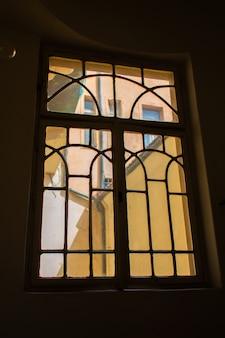 プラハの旧市街の建築。旧市街への入り口の窓からの眺め。