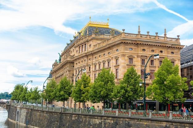夏の日にプラハの堤防。街のパノラマ。美しい建物