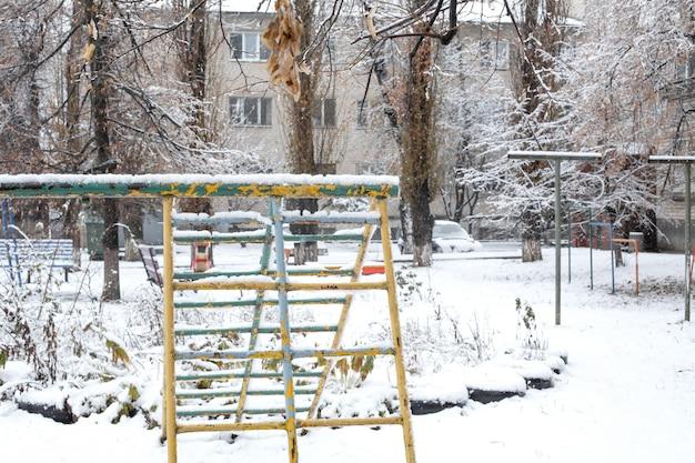 Детская площадка покрыта снегом
