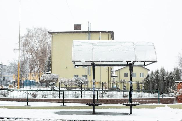 Улица покрыта снегом. зима в городе. грязь и слякоть.