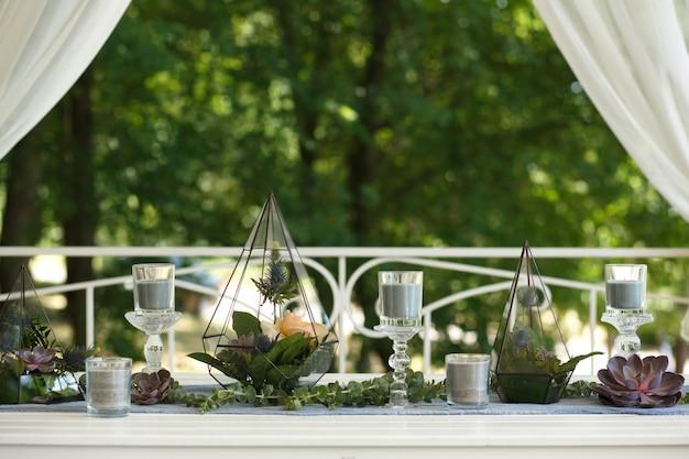 新鮮な多肉植物とバラの花お祝いテーブルデコレーションとフロラリウム
