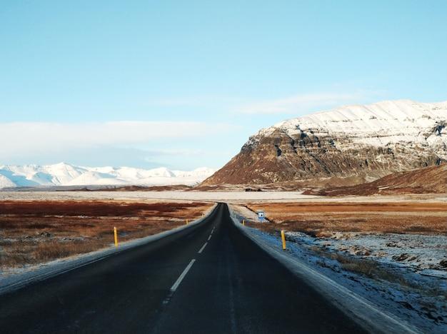 Живописный зимний пейзаж исландии.
