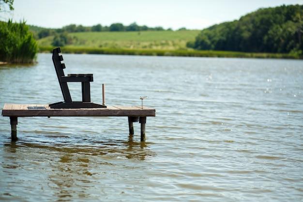 村の湖の木製の桟橋。