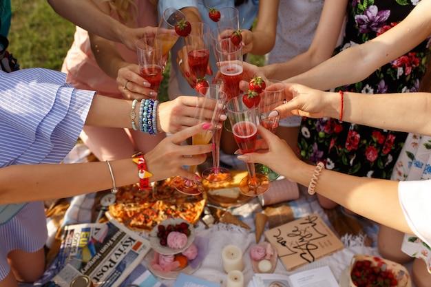 女の子の会社はピクニックに乾杯します。