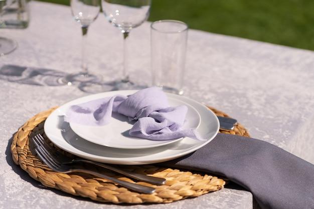 お祝いテーブルは、新鮮な花で飾られています
