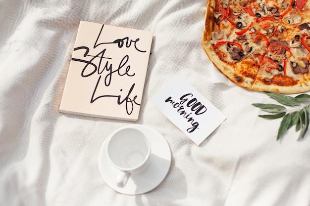 Вкусная пицца с помидорами и оливками