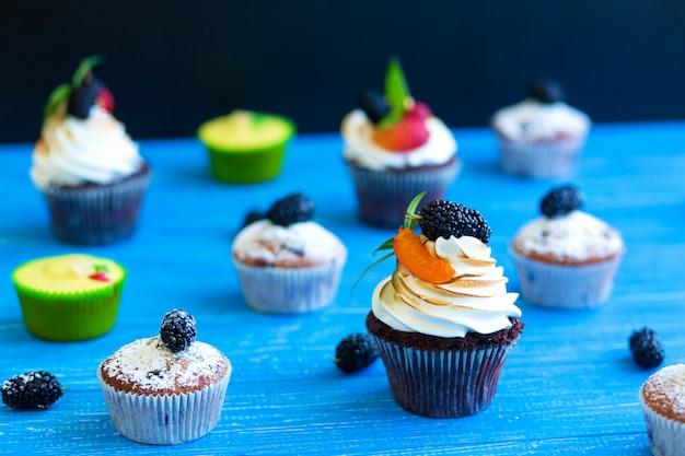Свежеиспеченные сладкие кексы на синем фоне. сладкая выпечка, рецепты, кулинария
