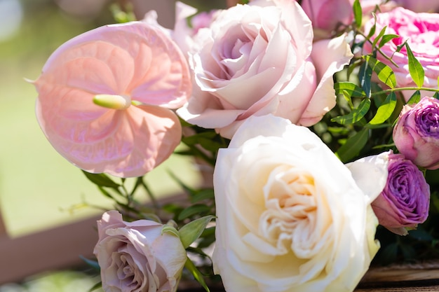 お祝いテーブルの新鮮な花の装飾の花束。オープンエアパーティーを祝います。装飾の詳細