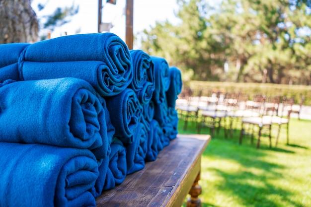 夕方に寒さを感じた場合に備えて、野外パーティーでの暖かい青色のラグのセット