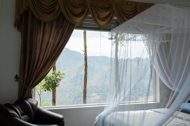 大きなパノラマの窓とマウントの景色を望むホテルのインテリア