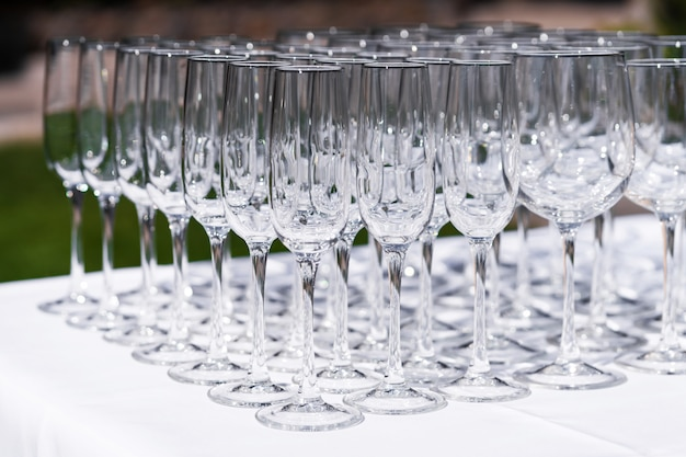 Набор пустых пустых бокалов, отображаемых в строках. подготовка к празднику.