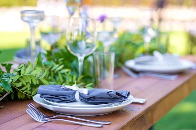 野外パーティーの準備。生花で飾られたテーブル。テーブル番号。装飾の詳細。
