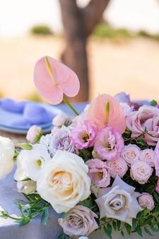Букеты из живых цветов украшение праздничного стола. празднование вечеринки под открытым небом. детали декора