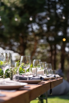 野外パーティーの準備。飾られた役立ったテーブルがお客様をお待ちしています。装飾の詳細