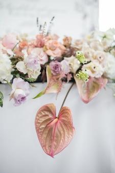 レストランで白いテーブルクロスとテーブルを飾られた生花のクローズアップ