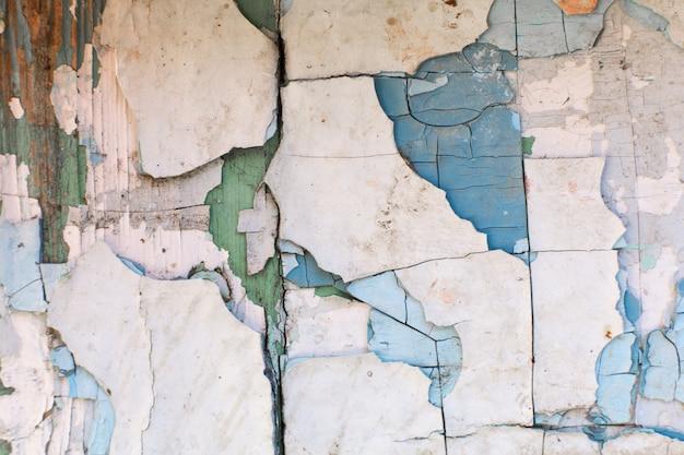 塗料が壁からはがれます。多数の古い塗料を使用したミル塗装