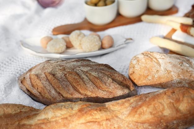 背景をぼかした写真のクローズアップ焼きたてのパン。