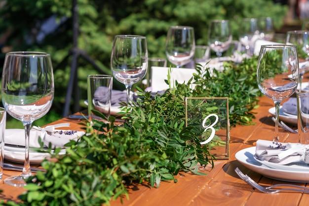 野外パーティーの準備。生花で飾られたテーブル。テーブル番号。装飾の詳細