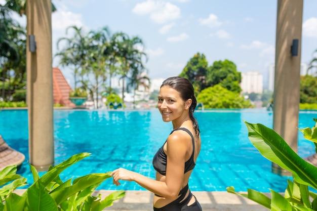 ジューシーなトロピカルフルーツはクリスタルブルーの水でプールの端に設定します。贅沢な週末の休息