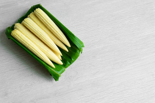 Молодая кукуруза в банановом листе. экологичная упаковка