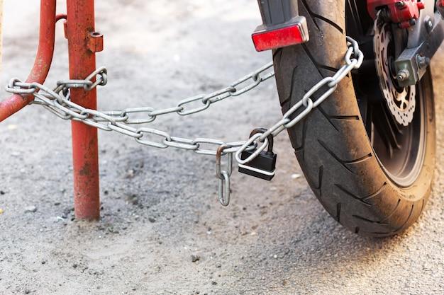 バイクの盗難防止システム。自転車をポールに固定する