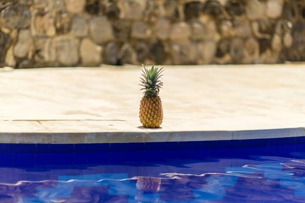 プールサイドでのパイナップル