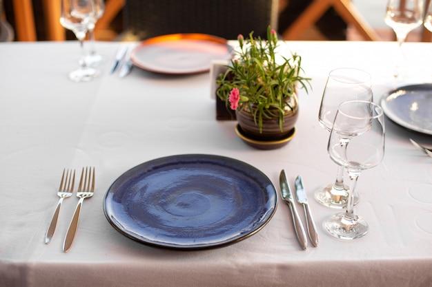オープンエアのレストランのスタイリッシュなテーブルセッティング