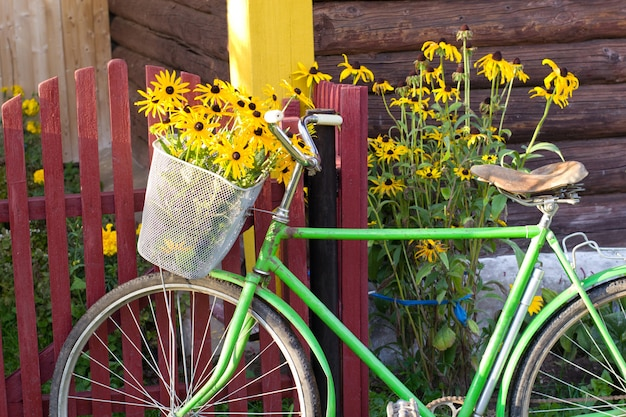 フェンスの近くの自転車