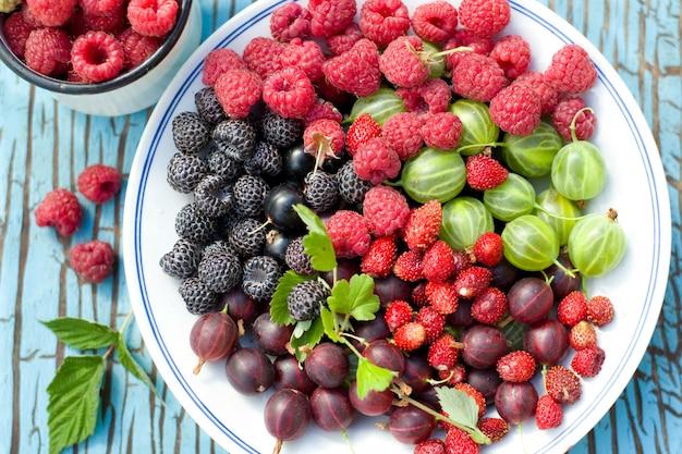 テーブルの上の皿の果実