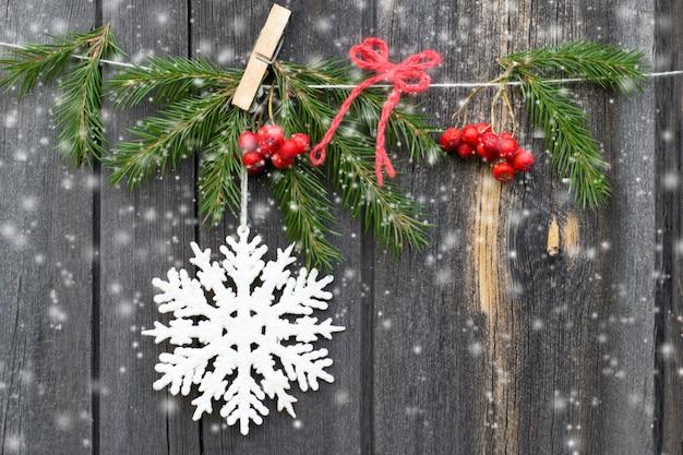 Новогоднее украшение на деревянном