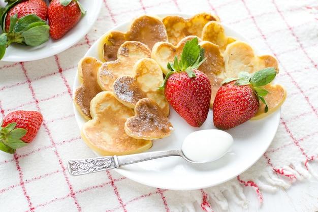新鮮なイチゴとハート型のパンケーキ