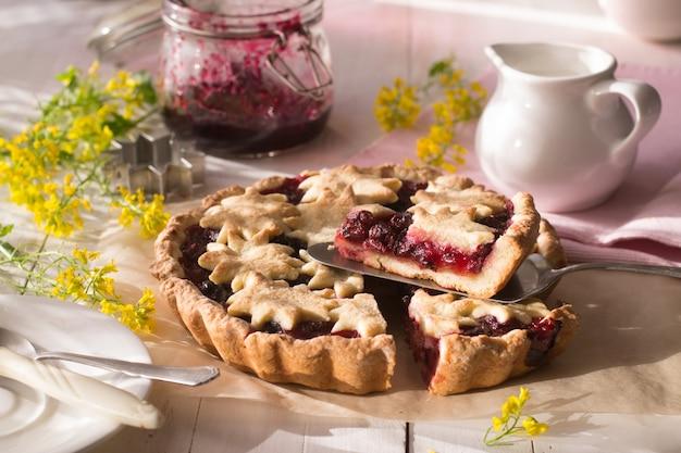 木製のテーブルに桜のタルト