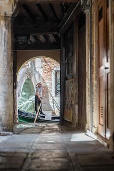 Гондола плывет по каналу в венеции, италия