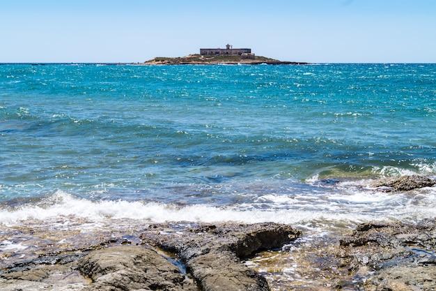 イタリア、シチリア島の海流の島