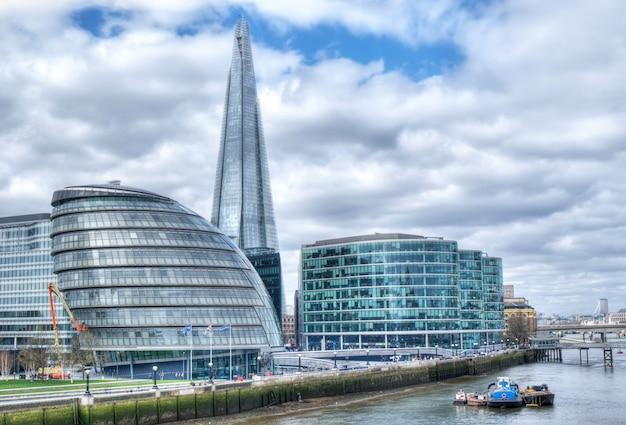 Лондонский городской пейзаж с осколком
