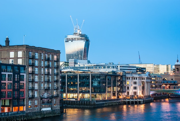 Лондонский городской пейзаж в сумерках, лондон, англия