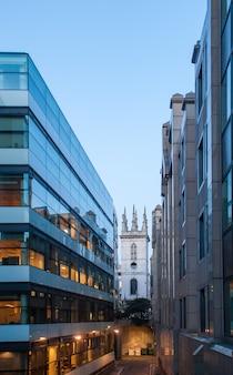 ロンドン市の中心部にある近代的な建物。