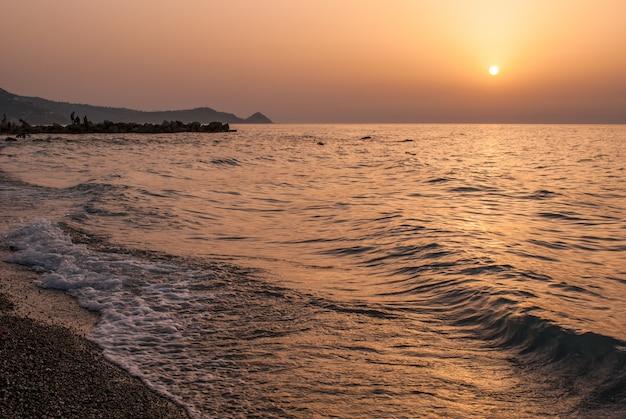 Пляж броло на закате. сицилия
