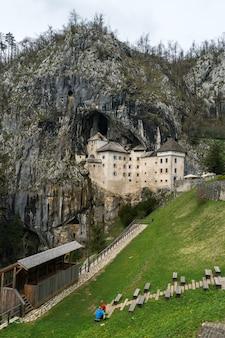 スロベニアの洞窟のプレジャマ城