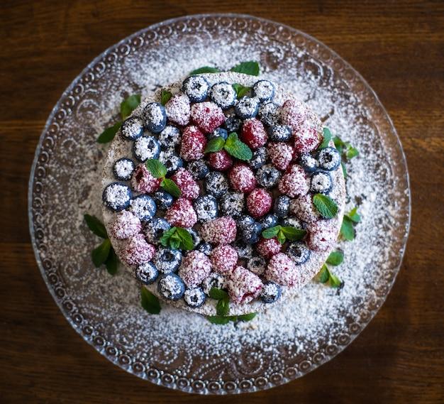 Сырный пирог с ягодами на белой тарелке