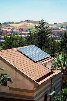 屋根の上の太陽電池パネルの家