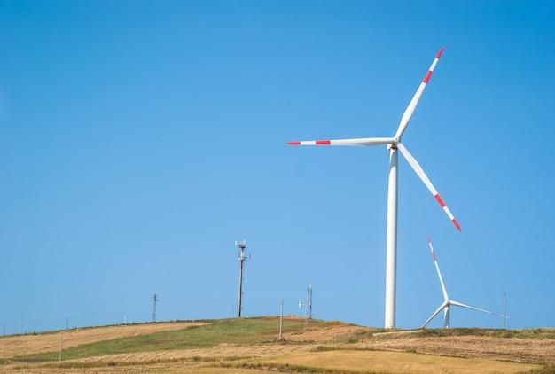 青い空に風車
