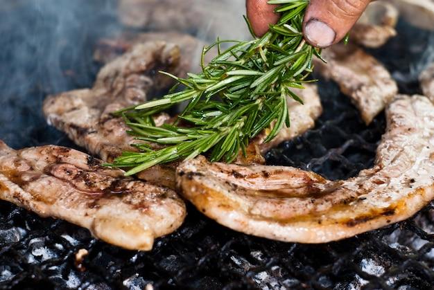 バーベキューで肉。閉じる