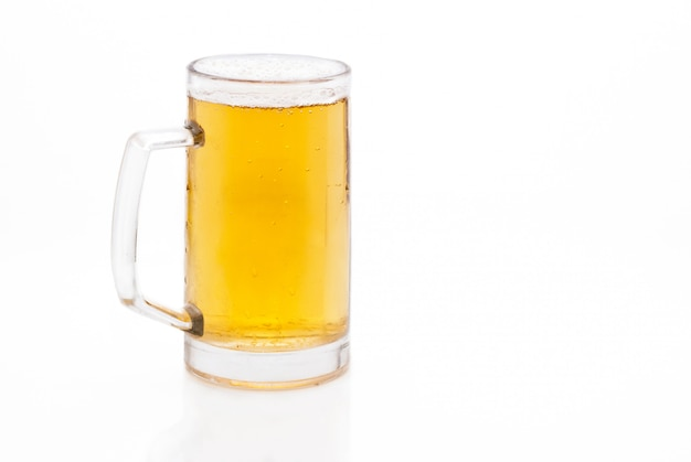 冷たいビールのジョッキ
